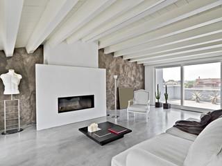 soggiorno moderno con camino in mansarda