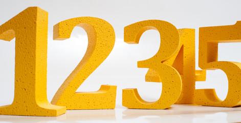 Желтые цифры на белом фоне