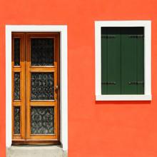 porte d'entrée en orange vif maison peinte dans le village de Burano