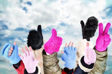 Kinderhände mit Handschuhen