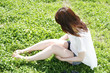 芝生と女性