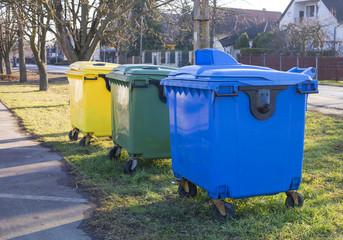Selective waste bin