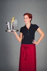 lachende bedienung serviert champagner