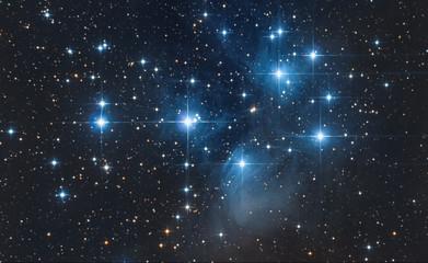 Asterisma delle Pleiadi nel cielo notturno
