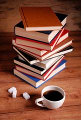 pila di libri con la tazza di caffè sul tavolo di legno