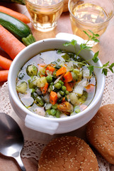 zuppa di verdure miste nella zuppiera bianca