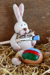 hase beim bemalen der eier