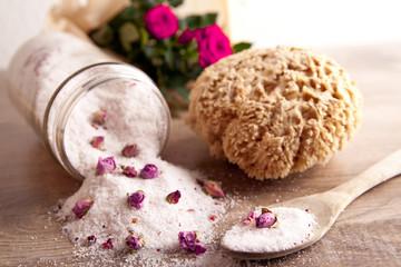 Rosen-Badesalz mit Blüten und Schwamm