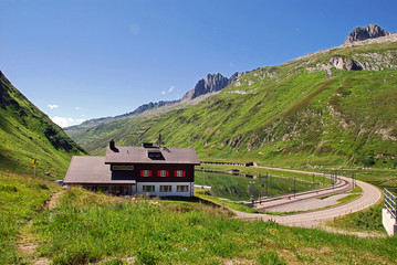 Passhöhe des Oberalppasses mit Gasthaus und Bahnstation