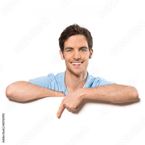 Junger Mann zeigt auf Textfreiraum - 60763993