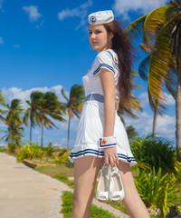 chica marinera paseando