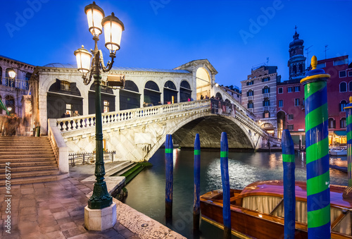 Tuinposter Venetie Rialtobrücke bei Nacht