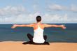 Yogaübung auf Klippe – Schneidersitz hinten