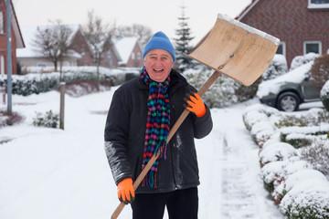 mann mit schneeschaufel
