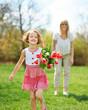 Mutter mit Tochter im Garten