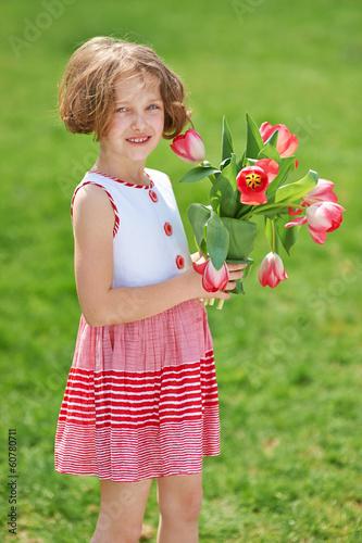 Kind schenkt Tulpen zum Muttertag