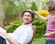 Mädchen steckt Blume an Hut vom Vater