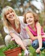 Glückliche Familie bei Gartenarbeit