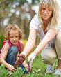 Frau mit Tochter bei Gartenarbeit