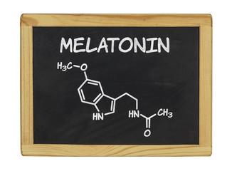 chemische Strukturformel von Melatonin auf einer Schiefertafel