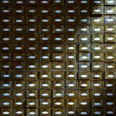 Frontalansicht eines alten Apothekerschrankes