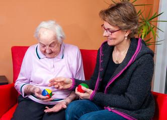 Pflegerin mit alter Dame
