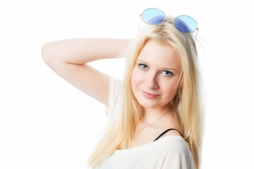 Mädchen mit runder Sonnenbrille