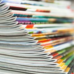gefächerter Zeitschriftenstapel