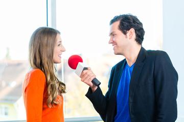 Radiomoderatorin in Radiosender bei Interview