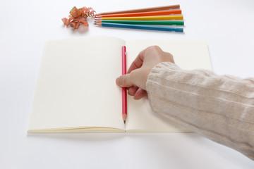 カラフルな鉛筆で書く