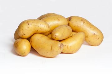 Pommes de terre en vrac sur fond blanc