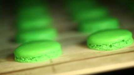 Making green pistache macaroons