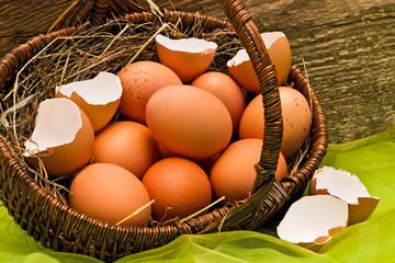 Eierkorb, Osterkorb vor Holzwand