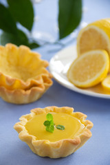 Pets tartlets with lemon cream.