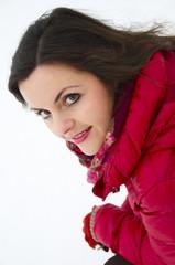 Junge Frau lächelt im Winter