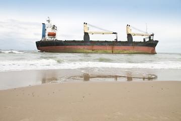 barco de mercancias