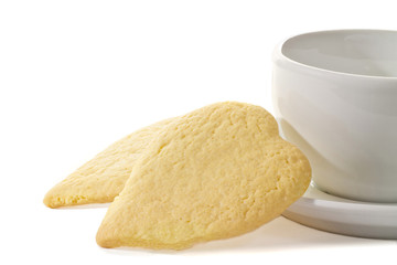 biscotti a forma di cuore accanto a una tazza da caffè