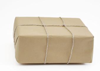 Paket mit braunem Packpapier und Schnur