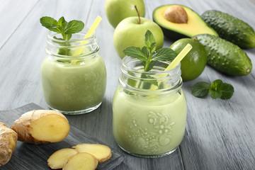 frullato di avocado ginger e mela verde sfondo grigio