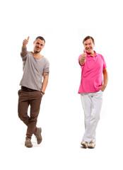 Junger und älterer Mann stehen lachend mit gehobenem Daumen