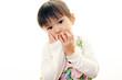 困った表情の幼い女の子
