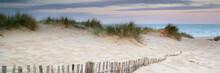 Panorama landschap van zandduinen systeem op strand bij zonsopgang