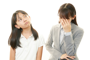 不満な表情の女の子と教師