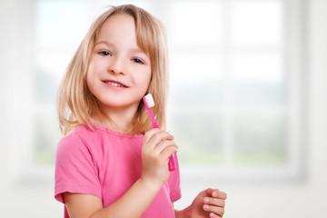 lachendes Kind mit Zahnbürste