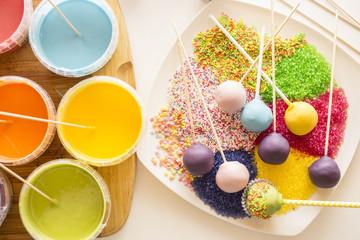 verschieden Cake Pops mit Glasur und Streuseln