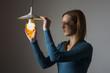 Frau mit einer Glühbirne