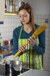 Frau kocht Nudeln in einer Küche