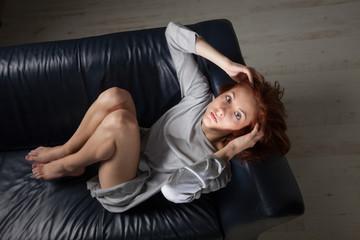 Rothaarige auf der Couch