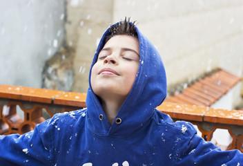 Niño disfrutando de la nevada