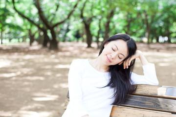 公園のベンチに座る女性